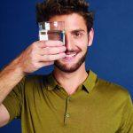 Blick durch Wasserglas