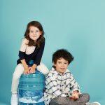 Wassergallone mit Kindern