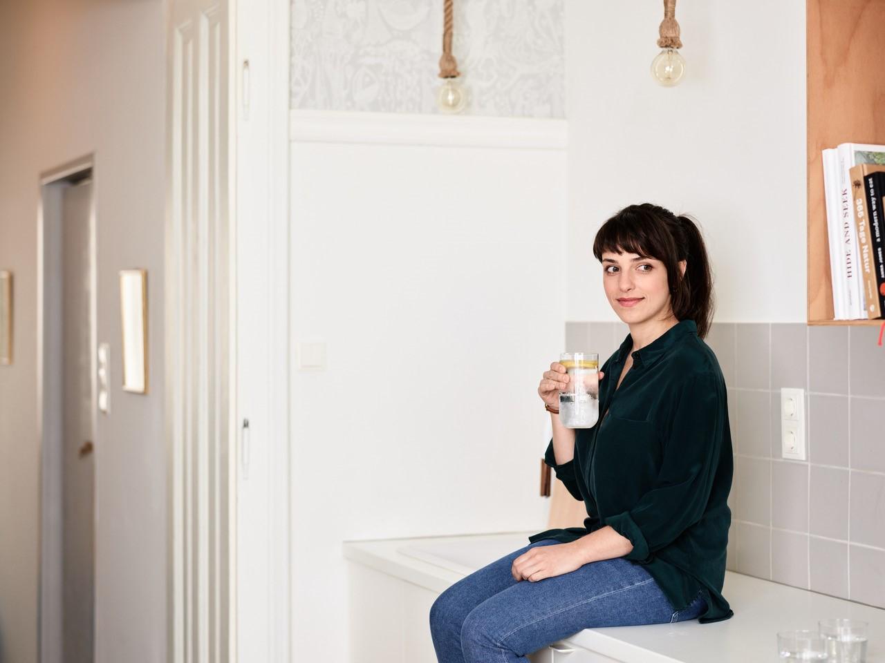 Kira mit Wasserglas