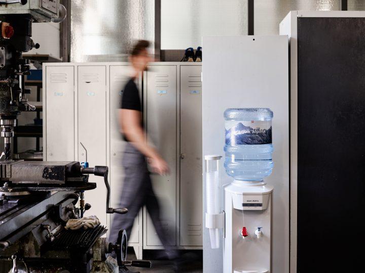 Wasserspender in Industriewerkstatt