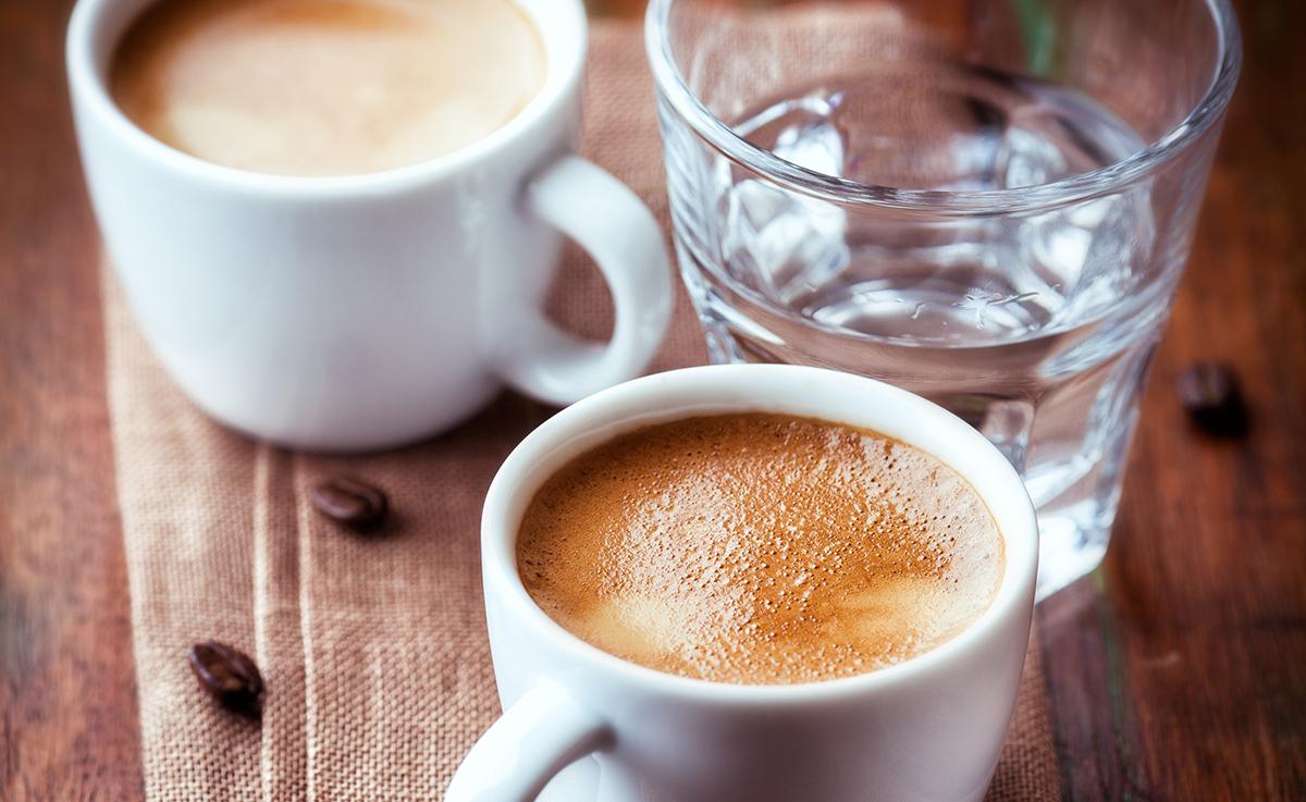 Ein Glas Wasser gehört zum Kaffee
