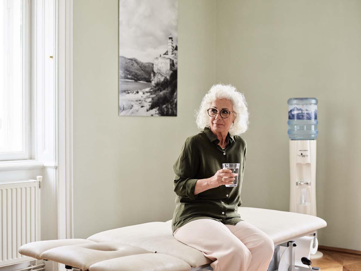 Wasser trinken im Alter