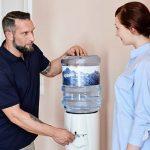 Techniker erklärt die Verwendung des Wasserspenders