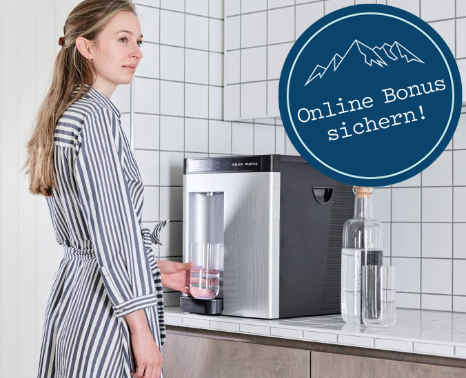 Frau vor Festwasserspender mit Hinweis auf Online Bonus