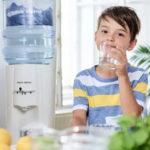 Kind Mit Faimlie Trinkt Wasser