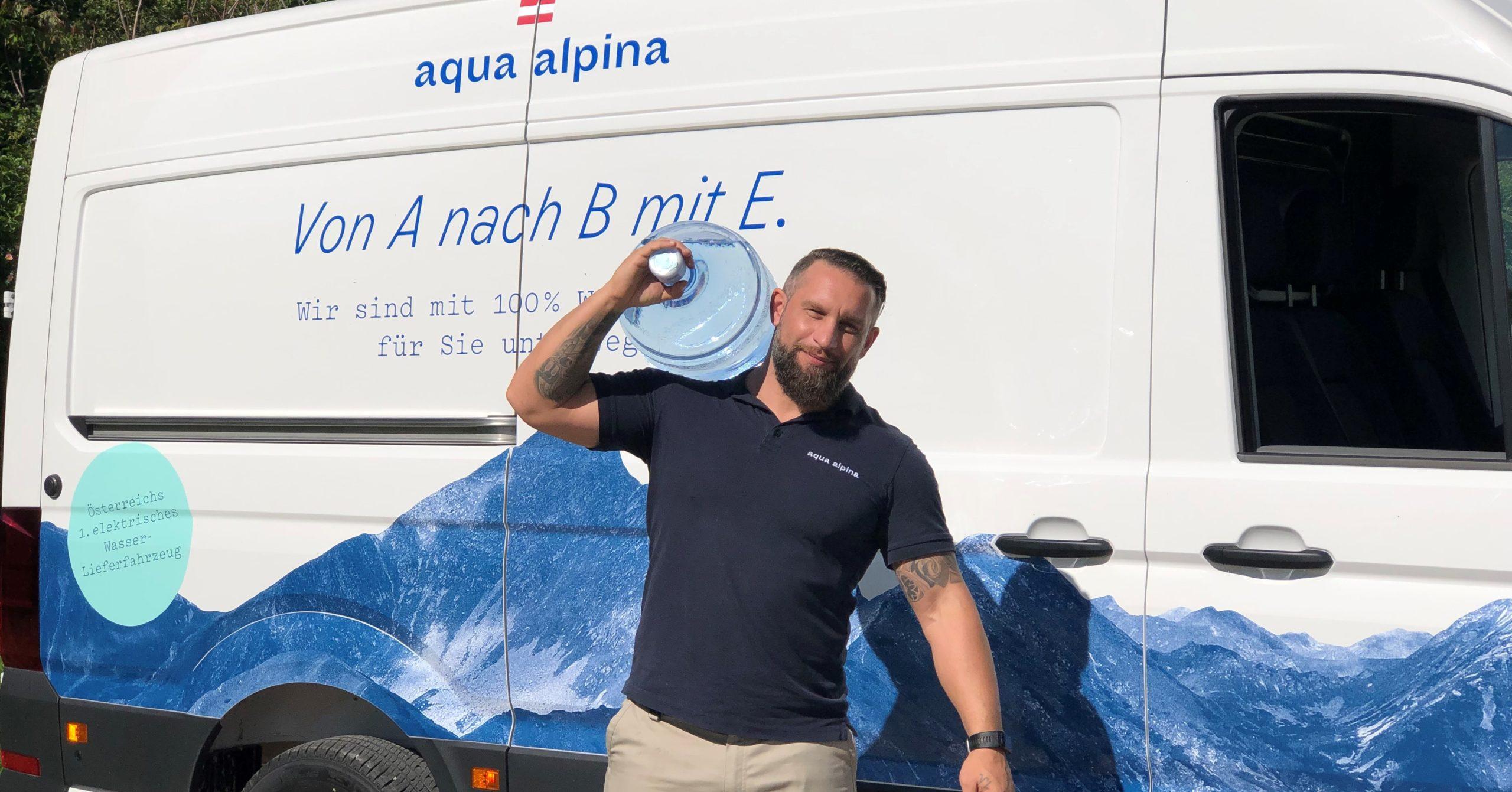 Lieferant holt Wasserflasche aus dem Auto