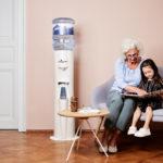 Oma Mit Enekel Und Alpenwasserspender