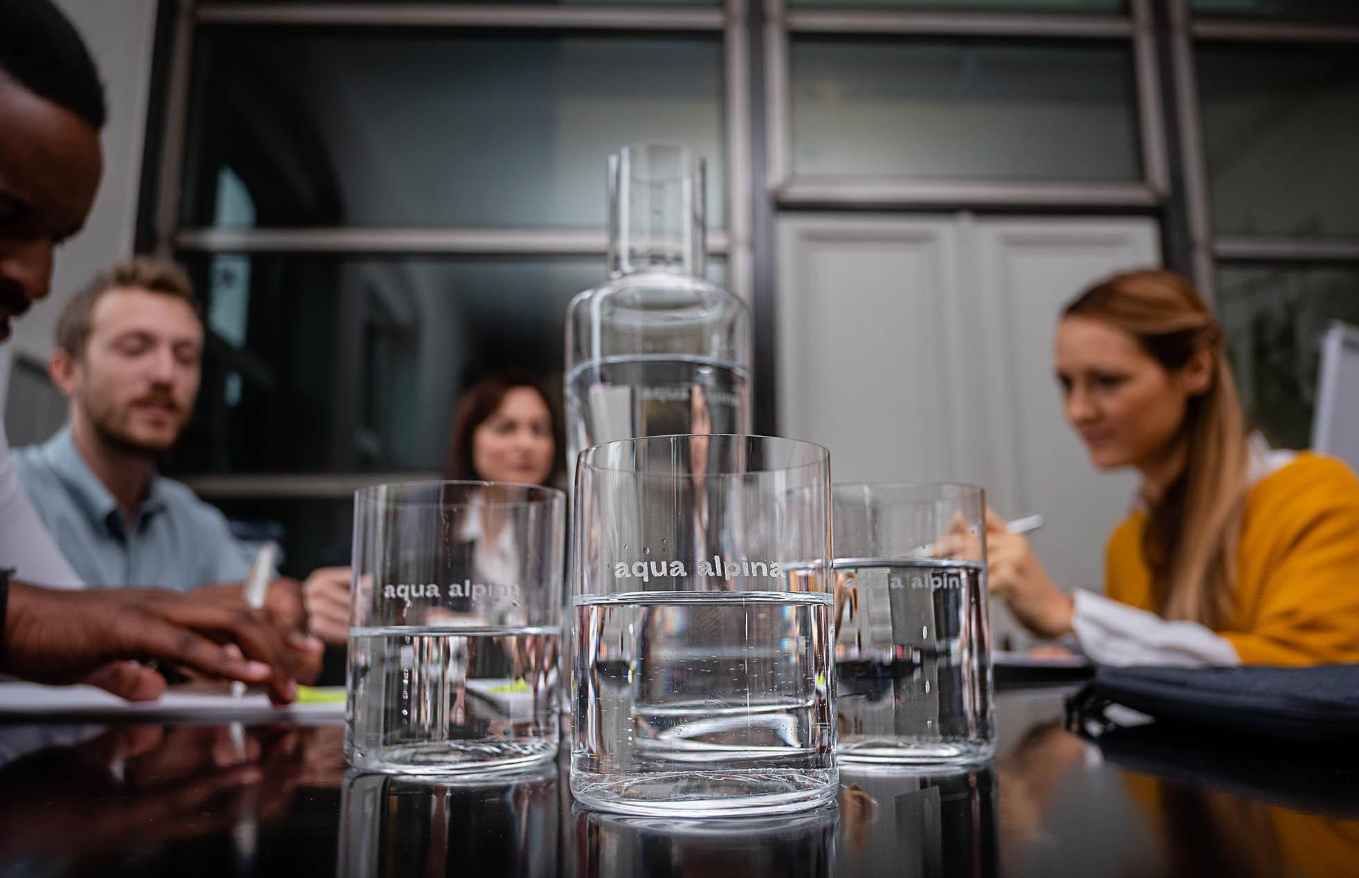 aqua alpina Glas am Arbeitsplatz