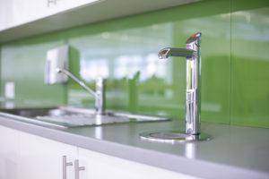 Soda Armatur Neben Waschbecken Auf Tableu