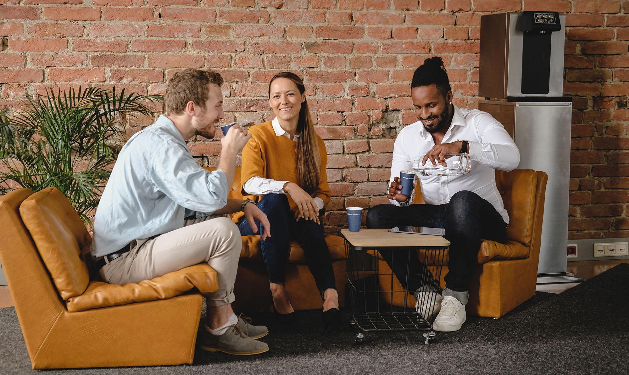 Aqua Alpina Personen Sitzen Bei Gemuetlichem Meeting Mit Wasserspender Soda Premium Plus
