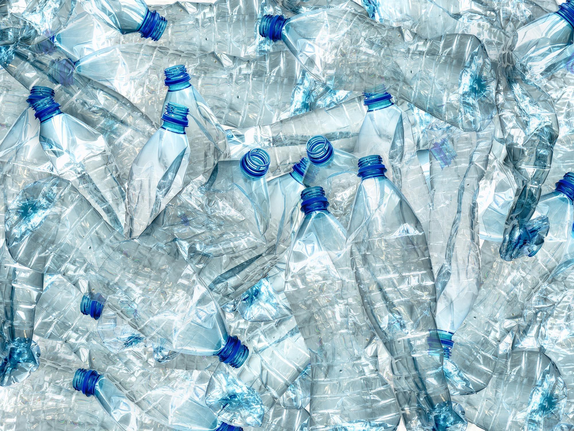 Viele Plastikflaschen leer Müll