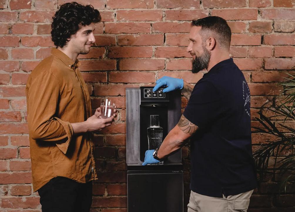 Techniker Zapft Wasser Und Erklaert Wasserspender Soda Premium Plus