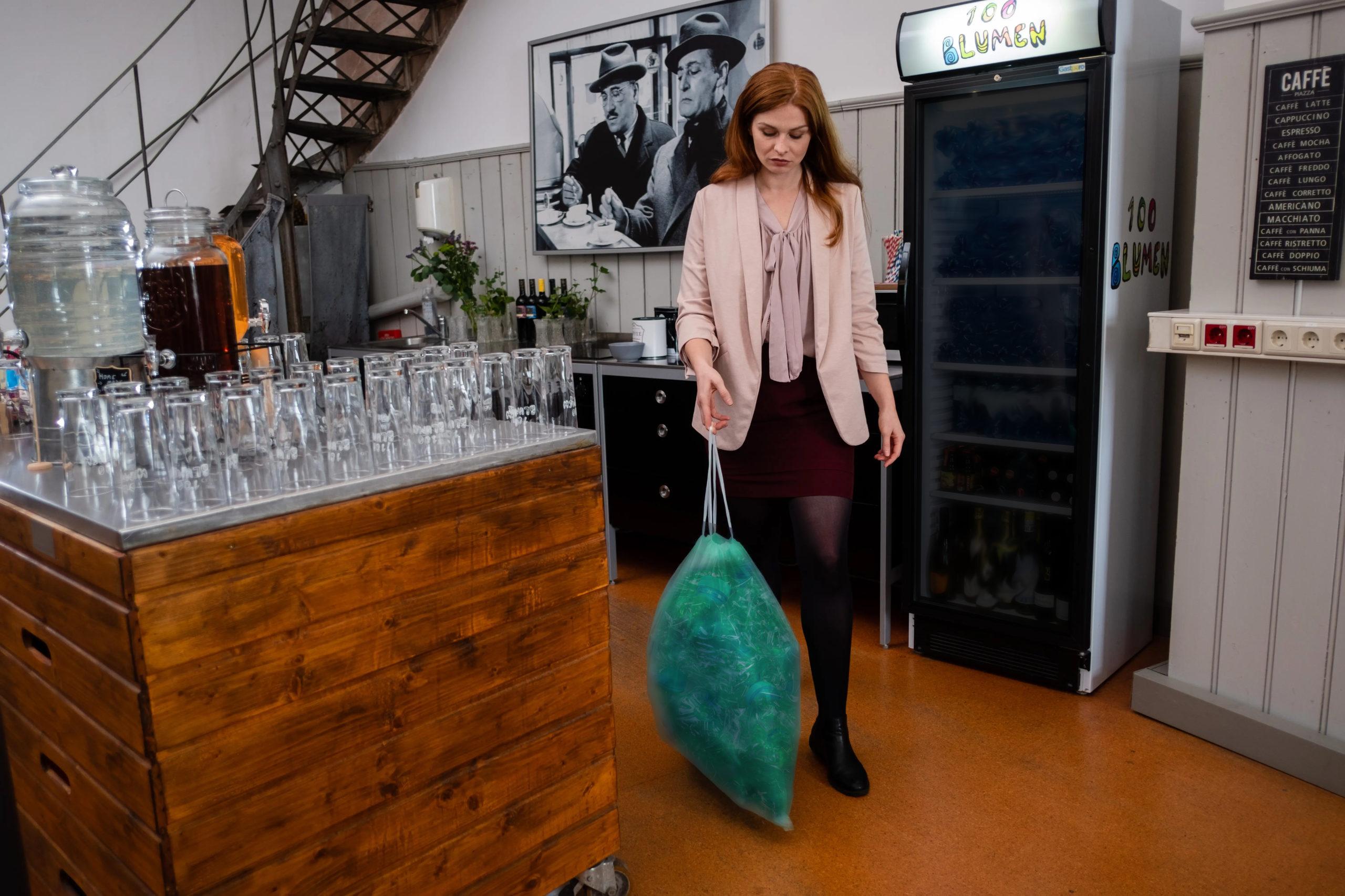 Frau Bringt Plastikflaschen Zum Mist