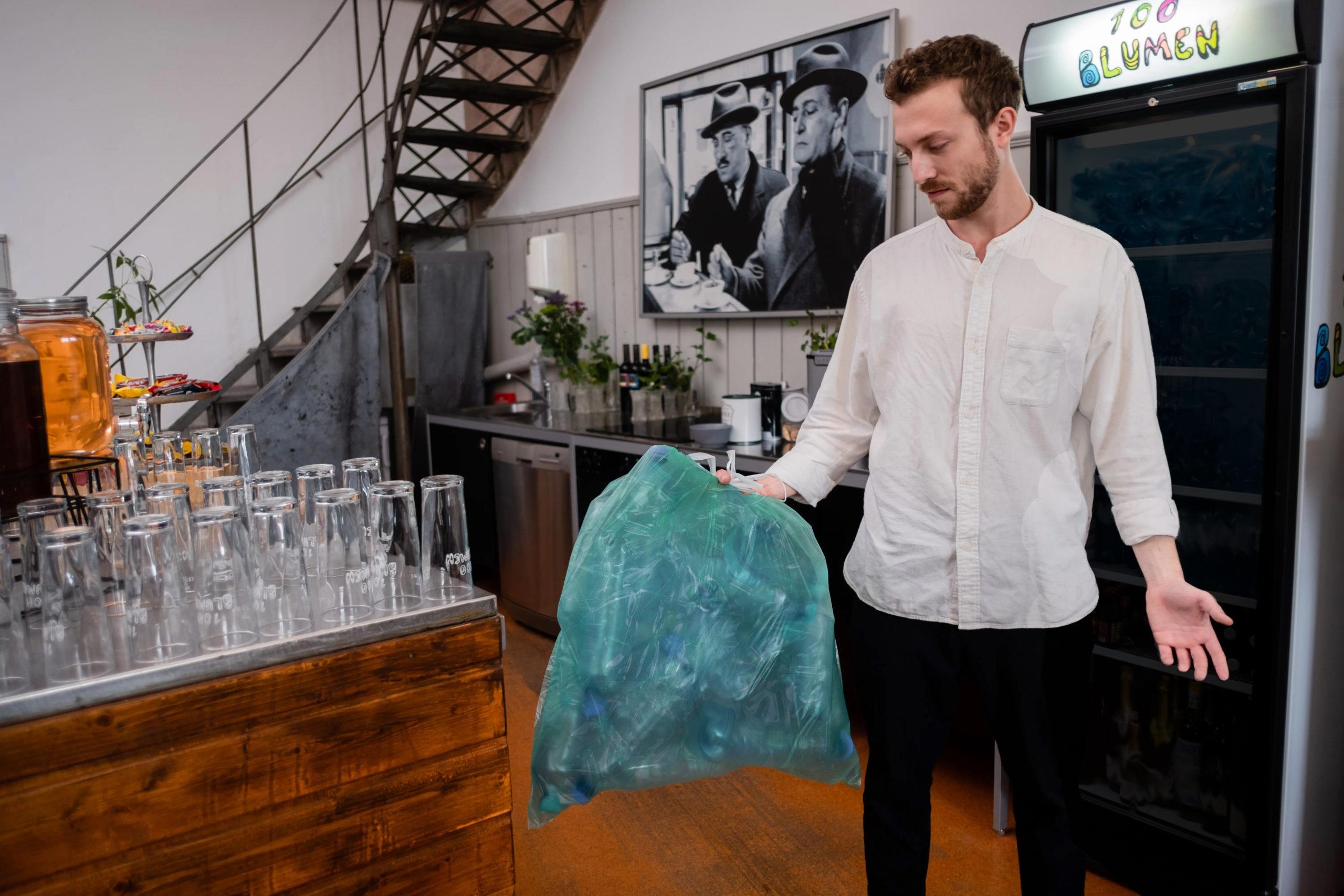 Mann Bringt Plastikflaschen Zum Mist