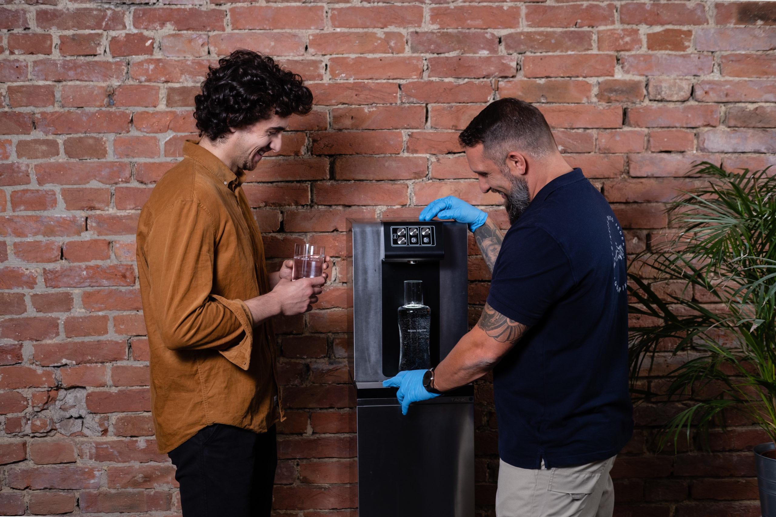 Techniker Zeigt Einen Soda Premium Und Bietet Wasser An